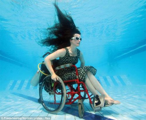 Ngồi xe lăn nhào lộn dưới nước - 1