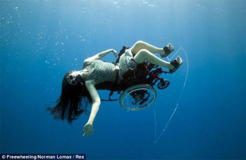 Ngồi xe lăn nhào lộn dưới nước - 5