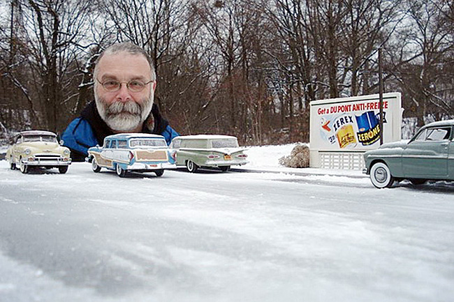 Michael Paul Smith là tên của người đàn ông có khuôn mặt khổng lồ được dựng trên đường kia. Lý do có một bức ảnh như vậy là để cảnh báo mọi người đi xe cô không xâm phạm tới ngôi làng mô hình của ông. Với tay nghề thủ công của mình, ông đã tạo ra mô hình của những ngôi nhà, những chiếc ô tô… sống động như thật.
