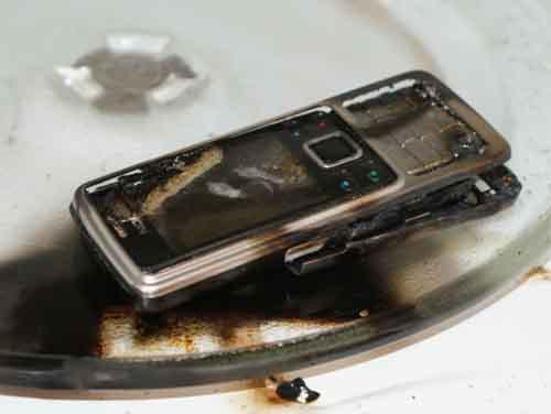 Điều nên và không nên làm khi điện thoại dính nước - 3