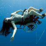 Phi thường - kỳ quặc - Ngồi xe lăn nhào lộn dưới nước