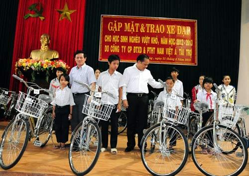 Tặng 500 xe đạp cho học sinh đến trường - 1