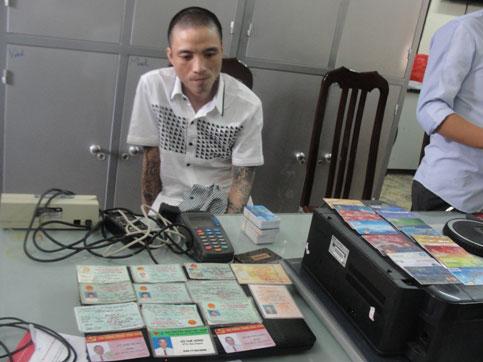 Phá đường dây làm thẻ tín dụng giả cực lớn - 1