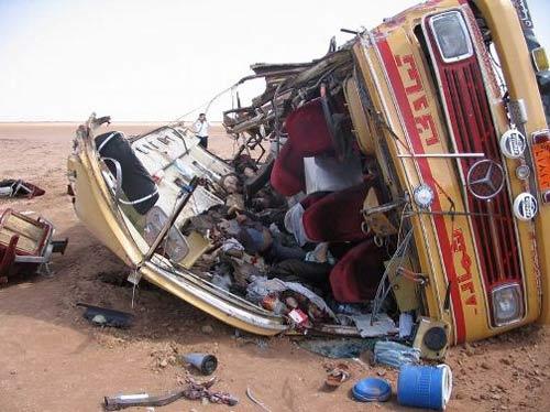 Iran: Xe buýt đâm đá tảng, 19 người chết - 1