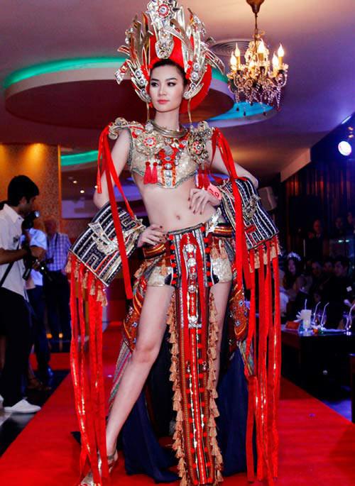 Ngọc Oanh đọ sexy với thí sinh ngoại - 2