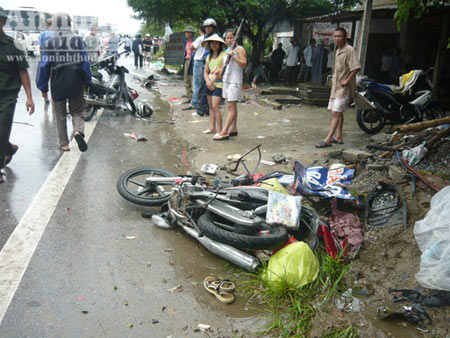 Xe khách đâm 5 xe máy, nhiều người chết - 1