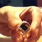 """Phi thường - kỳ quặc - Ngủ dậy phát hiện nhẫn vàng ở… """"cậu nhỏ"""""""