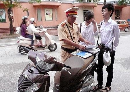 Xem lại quy định cấm HS đi xe máy đến trường - 1