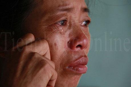 Ôm nhau khóc vì con đỗ đại học - 1