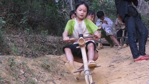 Chùm ảnh: Trẻ em dân tộc đua xe mạo hiểm - 2