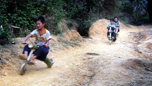 Chùm ảnh: Trẻ em dân tộc đua xe mạo hiểm - 3
