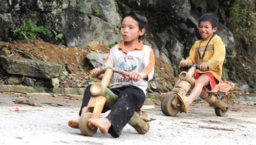 Chùm ảnh: Trẻ em dân tộc đua xe mạo hiểm - 5