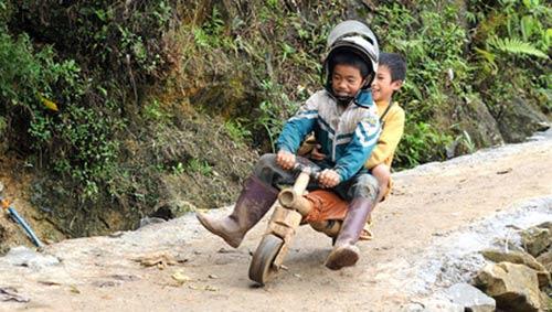 Chùm ảnh: Trẻ em dân tộc đua xe mạo hiểm - 6
