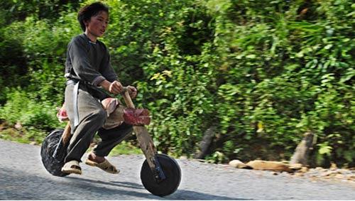 Chùm ảnh: Trẻ em dân tộc đua xe mạo hiểm - 7