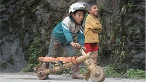 Chùm ảnh: Trẻ em dân tộc đua xe mạo hiểm - 8