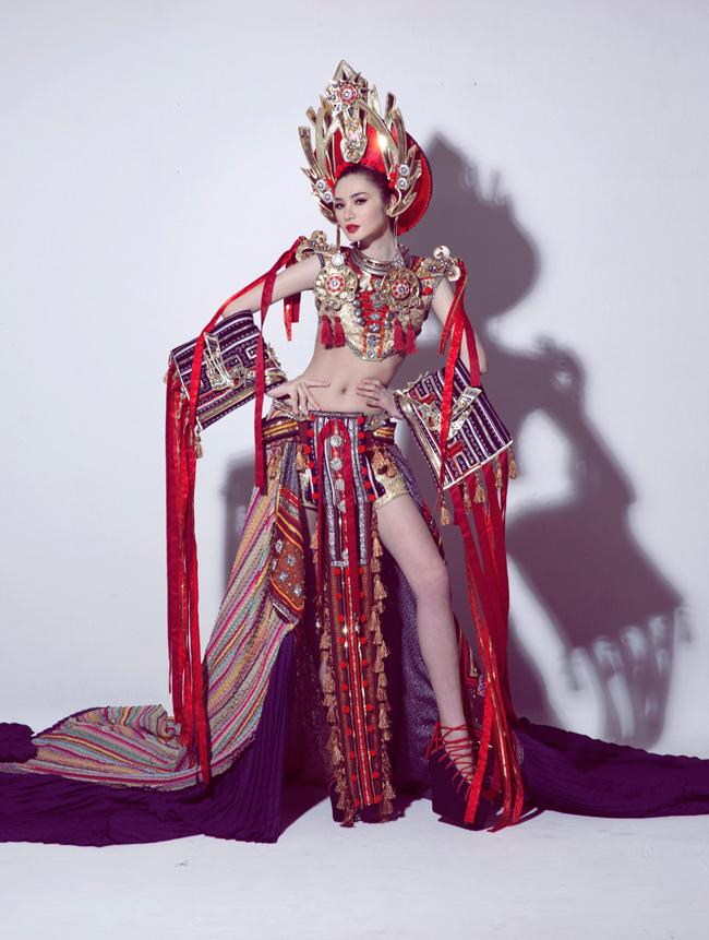 Trước thềm chung kết, Ngọc Oanh bất ngờ tung ra trọn bộ ảnh sexy và cuốn hút cùng trang phục dân tộc.