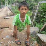 Giáo dục - du học - Xót cảnh cậu bé 8 năm đi học bằng tay