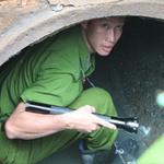 An ninh Xã hội - Loạt ảnh gần chục công an chui cống bắt cướp