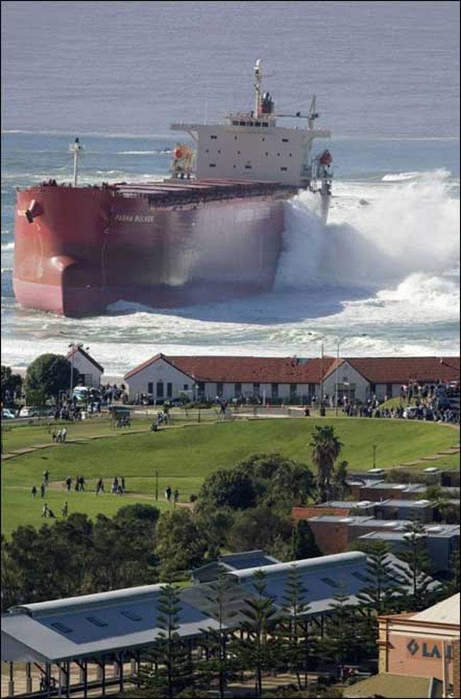 Một con tàu chở dầu khổng lồ đang tiến vào bờ. Phía trong là một thị trần nhỏ yên bình. Trên thực tế, con tàu này đã bị mắc cạn ở đó từ năm 2007 và nơi đây trở thành điểm thu hút khách du lịch vì chiếc tàu này.