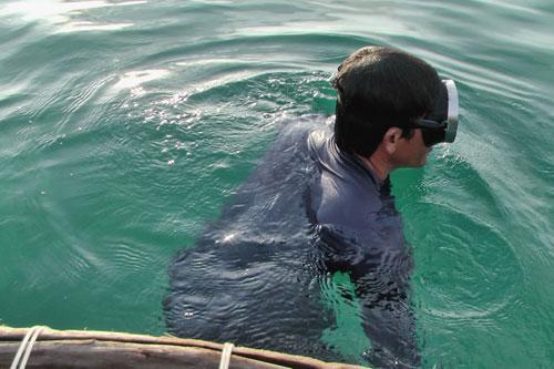 Quảng Ngãi: Mò cổ vật trong xác tàu đắm - 4