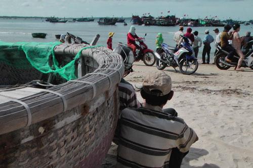Quảng Ngãi: Mò cổ vật trong xác tàu đắm - 5