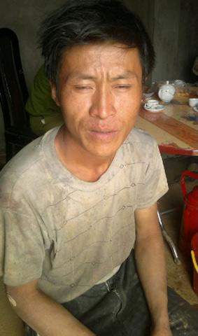 Yên Bái: Sau lở núi, dân lại đổ về mót quặng - 1