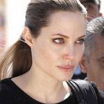 Phim - Angelina khóc khi thăm người tị nạn
