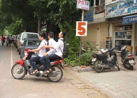 HS đi xe máy: Nhà trường không biết? - 1
