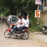 HS đi xe máy: Nhà trường không biết?