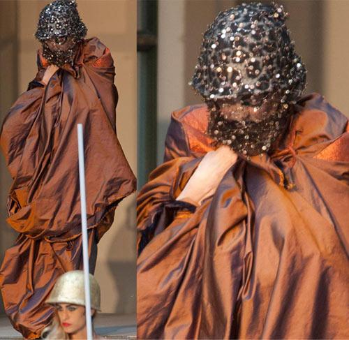 Nữ sinh nổi loạn trên sàn catwalk London - 1