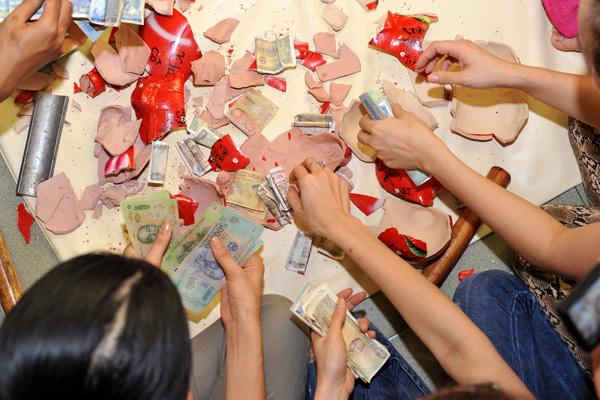 Trang Trần đập heo mua xe đạp từ thiện - 8