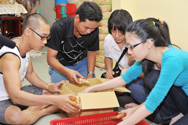 Trang Trần đập heo mua xe đạp từ thiện - 10
