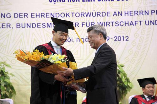 Phó Thủ tướng Đức gốc Việt nhận bằng tiến sĩ danh dự - 8