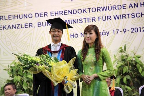 Phó Thủ tướng Đức gốc Việt nhận bằng tiến sĩ danh dự - 9