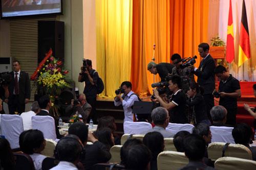 Phó Thủ tướng Đức gốc Việt nhận bằng tiến sĩ danh dự - 1