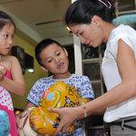 Thời trang - Trang Trần đập heo mua xe đạp từ thiện