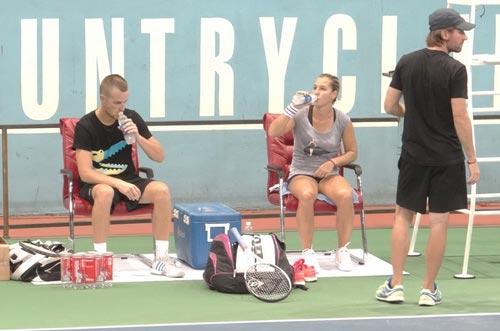Cibulkova tự lau sân để tập luyện - 10