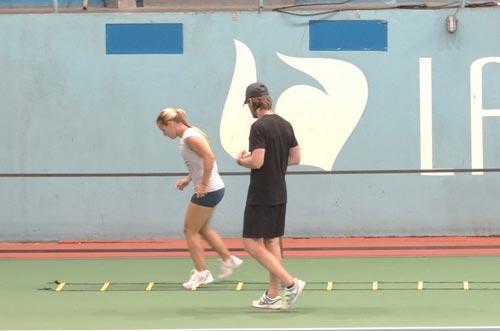 Cibulkova tự lau sân để tập luyện - 2