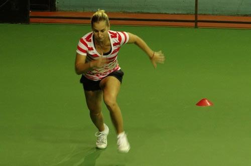 Cibulkova tự lau sân để tập luyện - 3