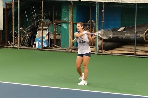 Cibulkova tự lau sân để tập luyện - 4