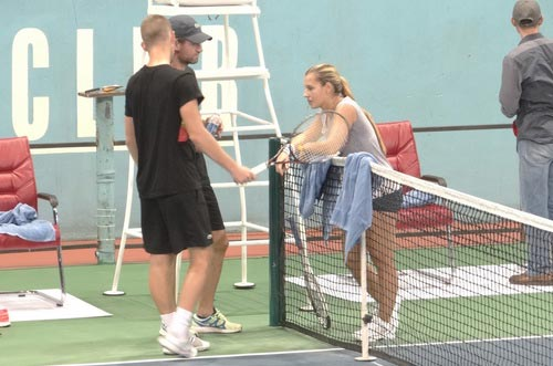 Cibulkova tự lau sân để tập luyện - 5