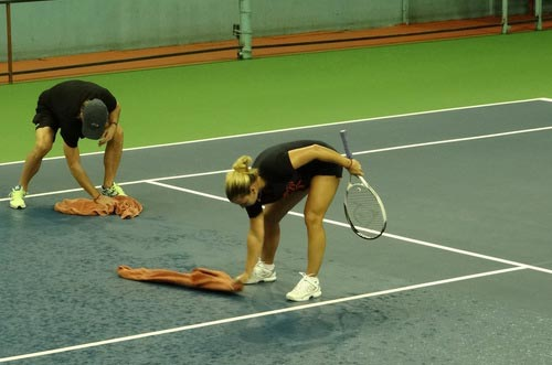 Cibulkova tự lau sân để tập luyện - 9