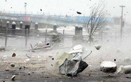 Hình ảnh về sức tàn phá dữ dội của bão Sanba - 2