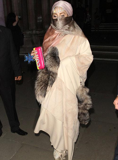 Lady Gaga mặc áo hồi giáo trong suốt - 4