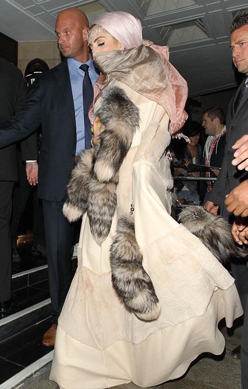 Lady Gaga mặc áo hồi giáo trong suốt - 5