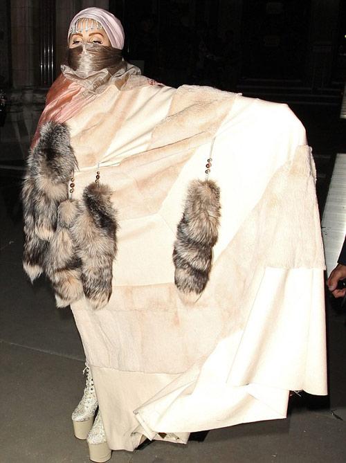 Lady Gaga mặc áo hồi giáo trong suốt - 6