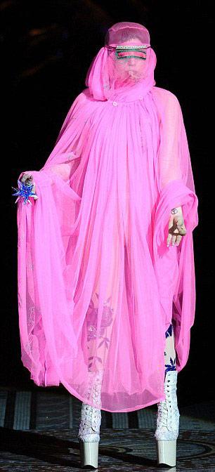 Lady Gaga mặc áo hồi giáo trong suốt - 1