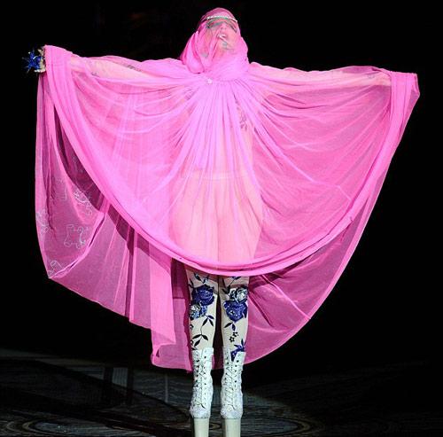 Lady Gaga mặc áo hồi giáo trong suốt - 2
