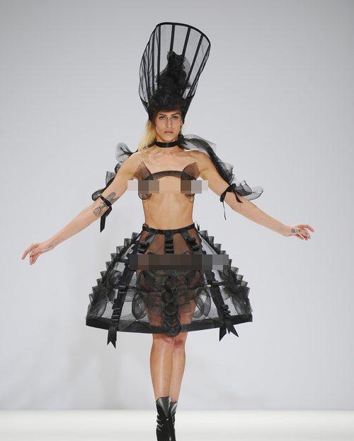 """Cô dâu lộ """"điểm nóng"""" tại London FW - 1"""