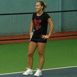 Cibulkova tự lau sân để tập luyện